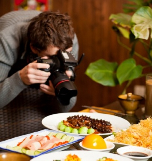 millennials restaurant marketing ideas taking photo of food